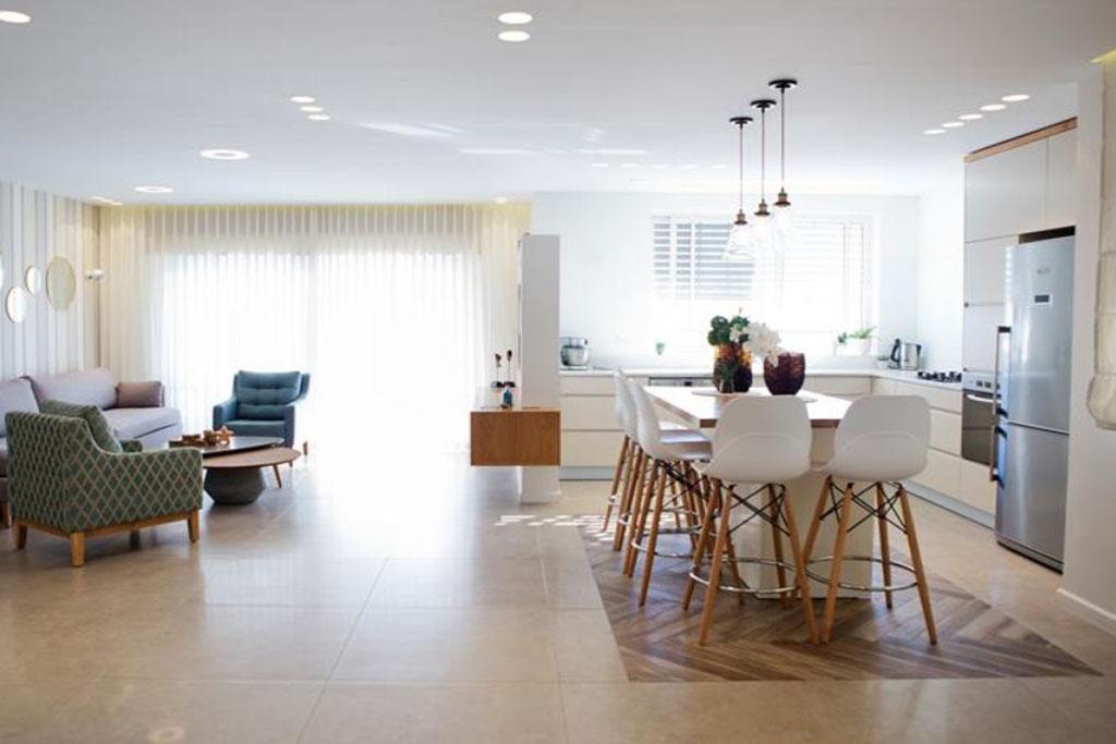 """כתבה ב""""בנין ודיור"""" – בלי הרבה רהיטים: עיצוב נקי ומסודר לבית משפחתי בשהם"""